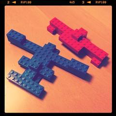 息子作 赤い飛行機と青い飛行機。よく1人で空中戦やってます。