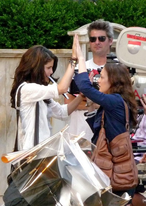 selena-gomez-leighton-meester-high-five-12