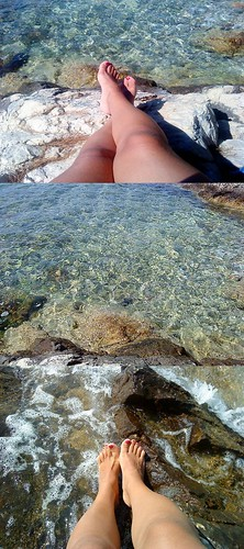 očale na oči, noge u more...
