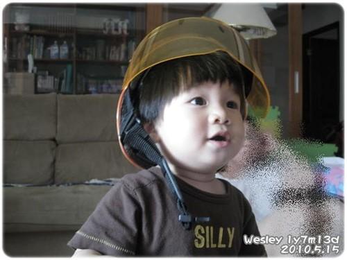 100515-戴安全帽看電視