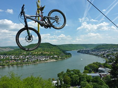 Flying mountainbike. (elsa11) Tags: germany deutschland mountainbike rhine rhein unescoworldheritage rijn duitsland boppard rheinlandpfalz sessellift boppardamrhein panoramafotogrfico unescowelterbeoberesmittelrheintal