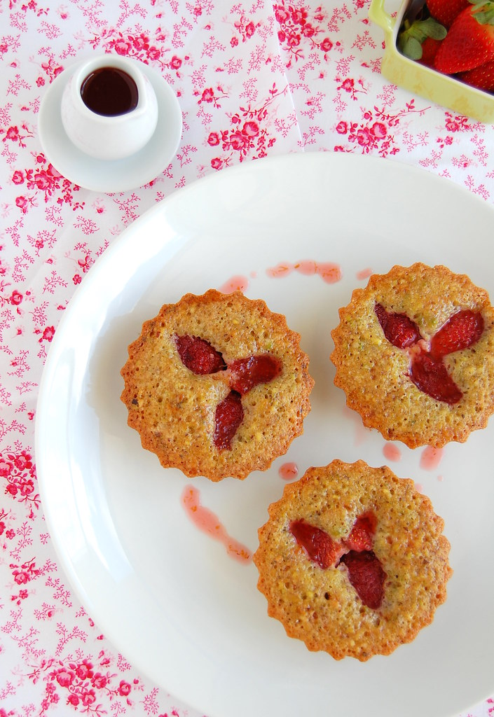 Strawberry, pistachio and orange cakes / Bolinhos de laranja, pistache e morango