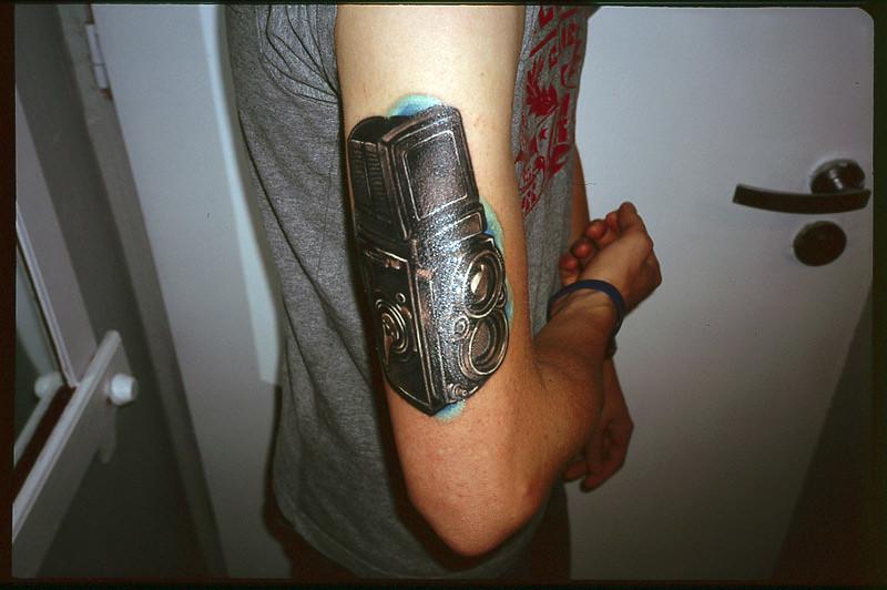 marcin jędrysiak, tatuaż, tatuaż w kształcie aparatu fotograficznego, camera tattoo, rolleiflex tatuaż, rolleiflex tattoo, mju II, mjukaczu,