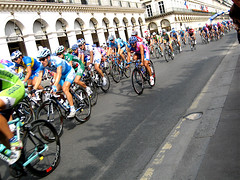 the peloton in Paris (by: lunita lu, creative commons license)