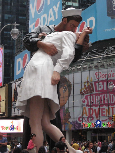 the times square kiss. Times Square Kiss Statue 1404