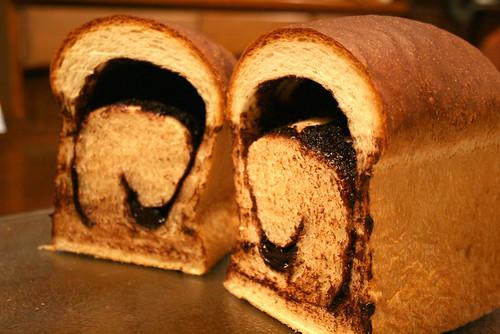 チョコレートクリーム入りパン