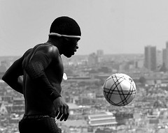Iya Traoré ---- (lachaisetriste) Tags: portrait blackandwhite paris foot nikon noiretblanc ballon montmartre nb homme spectacle toits athlète bwbw d700 freestylesoccer 4tografie iyatraoré