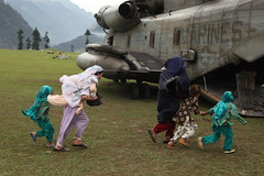 Pakistani women and children board a CH-53E Super Stallion (United States Marine Corps Official Page) Tags: pakistan usmc flood military marines marinecorps mozambique disasterrelief unitedstatesmarinecorps usmarines humanitarianaid reliefefforts unitedstatesmarines marinephotos marinepictures mozambicanmilitary photosofmarines