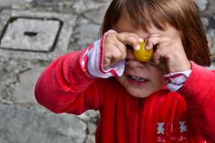 Click! (Madmilox) Tags: family girls fruit photography nikon foto famiglia young plum games click fotografia frutta giochi giovani bimba prugna d5000 andreagiulia