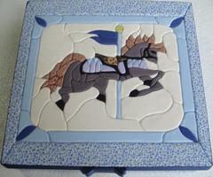 Patchwork embutido- Carrousel (Lou Ortellado) Tags: artesanato patchwork presente tecido cartonmousse caixaforradacomtecido patchworknoisopor patchworkembutido caixamdfforradacomtecido artesanatonoisopor