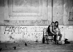 "Messaggi ""Subliminali""... (FedeSK8) Tags: street people bw graffiti strada italia shot persone explore stolen venezia bianco nero coppia giovani panchina scritte fascisti nikond80 nascosti fedesk8 sublimonali"