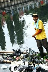 Sampahmu Jakarta (Agianda) Tags: trash cleaning litters sampah ciliwung kotatua pembersih kotatoea petugaskebersihan kaliciliwung