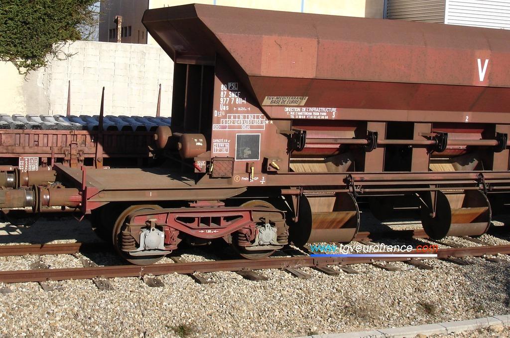 Détail d'un wagon ayant servi au transport de ballast sur la base de travaux d'Eurre (Drôme)