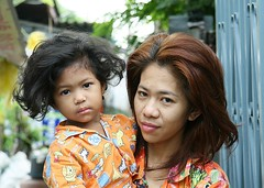 mother and daughter - we've got hair! (the foreign photographer - ฝรั่งถ่) Tags: mother daughter hair khlong thanon portraits bangkhen bangkok thailand canon kiss long