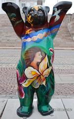 Panama (Ari Helminen) Tags: life bear autumn art colors statue standing suomi finland oso helsinki peace arte bears exhibition harmony handsup understanding syksy karhu rauha unitedbuddybears taide vrit