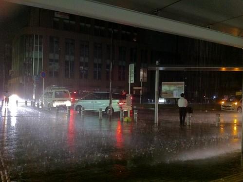 豪雨&落雷による停電で真っ暗になった駅前