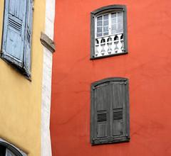 Les couleurs de la rue (Yvan LEMEUR) Tags: france architecture maison rue fentre couleur lepuyenvelay velay auvergne hauteloire leuropepittoresque
