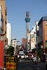 路地裏の巨大タワー