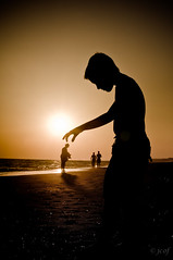 Conviviendo con gigantes... (jcof) Tags: boy color beach giant nude huelva playa nio gigante desnudo experimentacin cdgexplorer