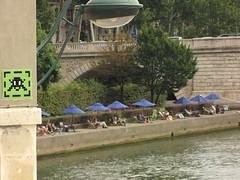 Space Invader PA_816 : Paris 4eme (feat. Paris Plage) (tofz4u) Tags: light streetart paris lamp seine river tile mosaic spaceinvader spaceinvaders parasol invader 75004 quai lampadaire fleuve mosaque rive chaiselongue artderue parisplage pa816
