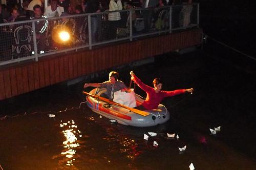 Lela und Sima im Schlauchboot vor dem Yachtklub