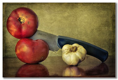 Slicing tomatoes (pimontes) Tags: comida tomatoes tomates bodegn cuchillo ajos cortar