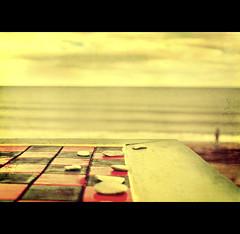 Échec & mat (Thierry Laurent :-)) Tags: red sea canada black beach canon golf 50mm rocks quebec bokeh pierre cap 5d thierry laurent perce jeux echec despoir