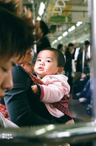 見上げる赤ちゃん