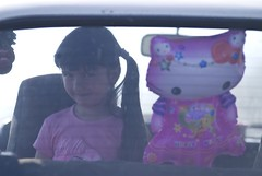 Osmeh (Djordje Petrovic) Tags: portrait color girl smile car child serbia portret 70200mm balon srbija dete osmeh nikond80 djordjepetrovic zeljin