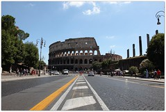 Coliseu de Roma (Francisco Arago) Tags: blue vacation sky people italy copyright rome roma azul clouds pessoas francisco europa europe italia photographer view capital perspective cu colosseum carros vista coliseum perspectiva turismo lugar oldbuilding fotgrafo allrightsreserved itlia turistas coliseu calada colise histrico nvens luminrias thecolosseum vistapanoramica cidadehistrica uniao patrimoniodahumanidade obradearte europeia aragao imprioromano pontoturstico prdioantigo canoneos5dmarkii velhomundo coliseuderoma anfiteatroflaviano cidadeeterna franciscoarago calamentodepedra velhocontinente todososdireitosreservados