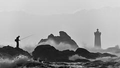 Le pêcheur du four (N&B) (Brestitude) Tags: sunset lighthouse four fisherman brittany bretagne breizh pêcheur phare contrejour couchédesoleil finistère porspoder d700 brestitude
