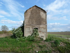 P1000074 (gzammarchi) Tags: casa italia nuvola natura finestra campagna pietra paesaggio rudere pianura camminata itinerario imolabo cantaluposelice