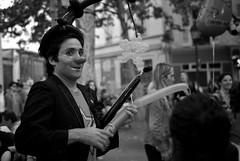 L1005810 # Le clown (Dj) Tags: leica city cidade people paris france streets blackwhite montmartre nb summicron capitale rue ballons homem numrique ville hommes noirblanc m82 colown