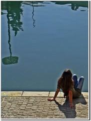 IMAGINANDO........ (nanettesol) Tags: sol water girl rio river agua espalda esperando paola reflejos genil refl