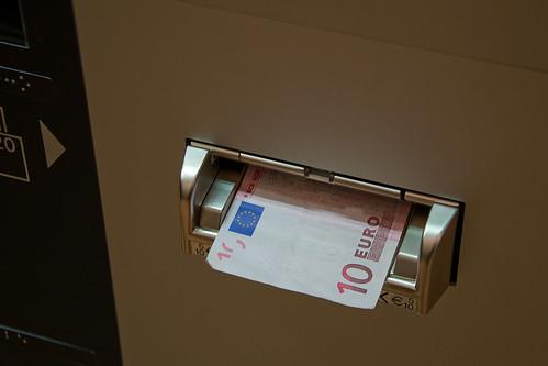 Der Automat gibt als Wechselgeld auch Geldscheine zurück
