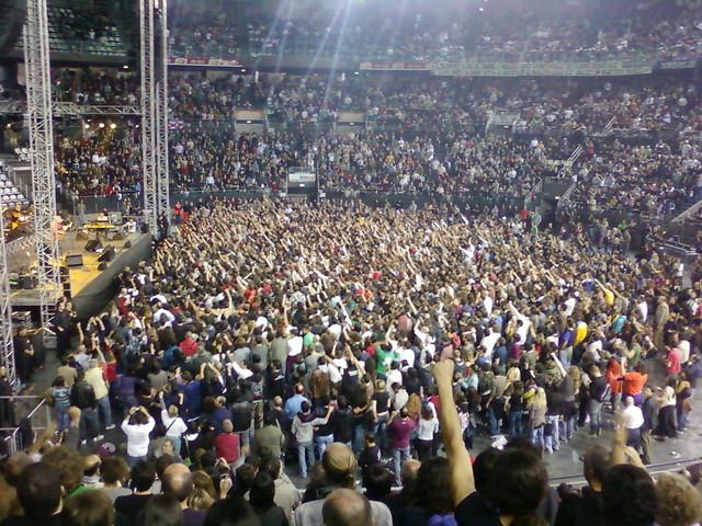 Guccini cantando su himno La locomotiva
