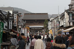 Approach to Zenkoji temple / 善光寺の参 道