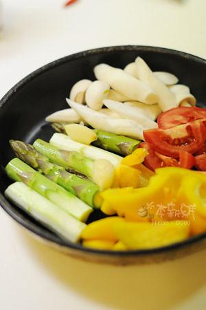 烤甜椒、蕃茄、綠蘆筍和海鮮菇
