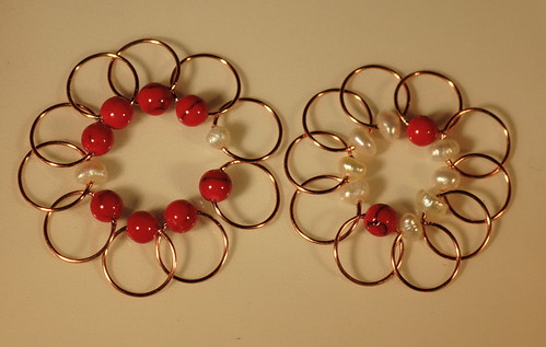 Nr. 177 - Rød Jade + hvite ferskvannsperler, 10 + 10, tynn kobberwire, rund, 6 mm.     IMG_3721