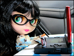 045/365 Playing games (sozzielou) Tags: blue light red black reflection green eye car tin glasses eyes doll dress cola nintendo ds coke fringe can specs tray stylus blythe brunette bangs goldie spectacles coca zero takara allgoldinone edna matte bl poohie 365blythe