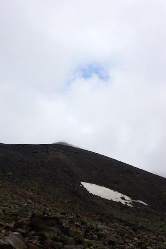 雲間の青空と山頂