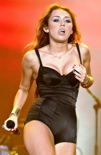 miley-cyrus-breast-augmentation