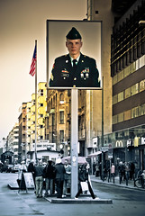 Checkpoint Charlie in Berlin (photo-maker) Tags: city berlin germany army deutschland stadt ddr mitte checkpointcharlie 2010 grenze amerikaner sektor digitalcameraclub allemania 20100909124637 sldat