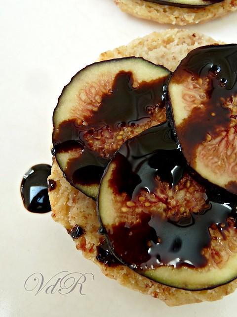 Millefoglie di fichi,balsamico al cioccolato e sablé al sale di prosciutto