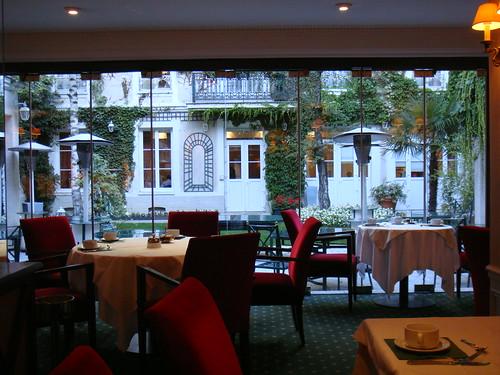Restaurante con terraza-ajardinada al fondo