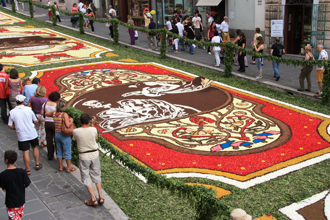5037985587 e83be55041 b Infiorata – the Italian flower festival in Genzano [35 Pics]