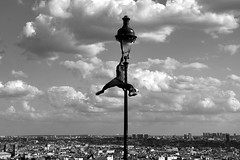 oh ! Iya ! (lachaisetriste) Tags: blackandwhite bw paris foot noiretblanc ballon montmartre nb ciel toit lampadaire spectacle freestylesocker