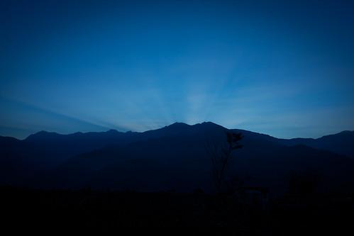 日出前的清境富嘉統一超商對面山頭