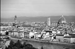 Vecchia Firenze (trilanes) Tags: bw white black blanco florence nikon italia kodak tmax 28mm negro bn tuscany florencia firenze 100 28 arno nikkor toscana 80 2880mm f60 80mm tmx afd f3556 100tmx 2880 nikonf60 s004 nikf60tmx
