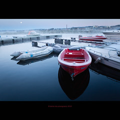 icy morning (stella-mia) Tags: red moon lake reflection norway fog boats boat frost explore bt hamar mjsa hedmark 2470mm redboat morningfrost explored icymorning canon5dmkii lakemjsa annakrmcke tjuvholmenhamar